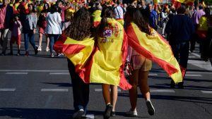 Några unga flickor insvepta i spanska flaggor i centrala Madrid.