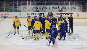 Juniorkronorna på is i Helsingforsarenan.