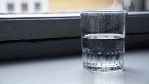 Vatten i ett glas.
