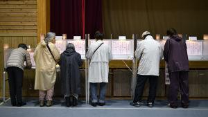 Väljare röstar i Japan.