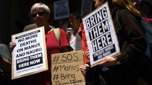 Demonstranter samlades utanför regeringskontoret i Sydney på tisdagen och krävde att migranterna ska flyttas från Papua Nya Guinea till Australien.
