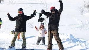Jublande snowboardåkare