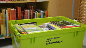 Böcker i en låda.