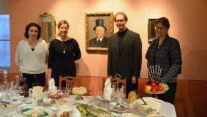 Lillemor Jordas, Marina Catani, Juha Jämbäck och Solveig Bergholm framför Edelfelts porträtt av Ville Vallgren.