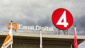 Tv4:s och Canal Digitals logotyper på ett hustak.
