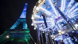 Eiffeltornet lystes upp i blått och grönt under klimatmötet i Paris.