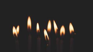 kynttilänliekkejä vierekkäin