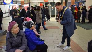 Reino Nordin underhåller under ett välgörenhetsippo i Malms köpcenter den 23 december 2017.