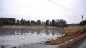 En bild på en åker som är översvämmad av vatten.