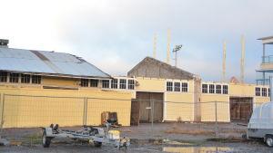 Ett gult hamnmagasin som varit nattklubben Number one i Ekenäs rivs i december 2017.