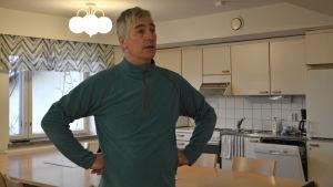 John Rönnholm står inne i Hotellet i ett kök.