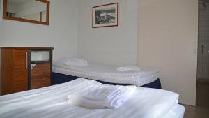 Ett hotell rum med två vita sängar i Johannisberg.