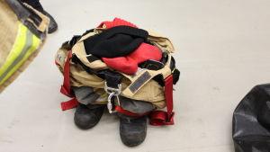 En brandmans kläder klara för uttryckning på skillnadens brandstation i Helsingfors.