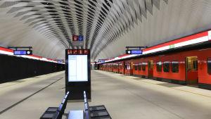 metroståg står vid en perrong på mattby metrostation