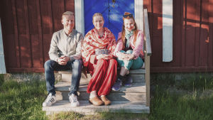 Egenlandin juontajat Nicke Aldén ja Hannamari Hoikkala istuvat rappusilla yhdessä Ulrika Vestergård-Denwardin kanssa.