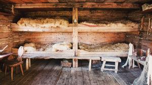 Granösundin saaristolaismuseo ja vanhan ajan kerrossängyt joissa on taljat.
