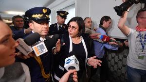 Israels ambassadör i Polen intervjuas.
