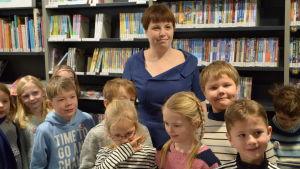 Karin Erlandsson med skolelever