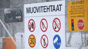 En skylt där det står muovitehdas på i från sköldvik.