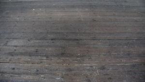 Golvet i baracken M1 som har nötts av jägarfötter