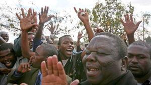 Morgan Tsvangirai bland anhängare under valkampanjen sommaren 2008.