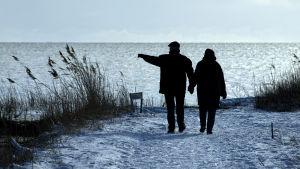 Par på promenad vid havet.