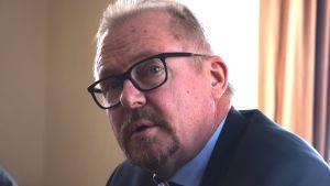 En ansiktsbild av Raseborgs stadsdirektör Ragnar Lundqvist. En man i övre medelåldern med svartbågade glasögon.