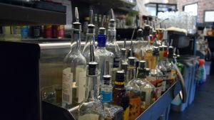 Spritflaskor under en bardisk