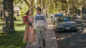 Lady Bird och känslige Danny på väg till familjemiddag med blomsterbukett i famnen.