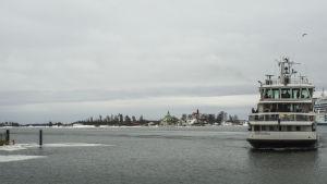 Sveaborgsfärjan kommer till bryggan på Salutorget.
