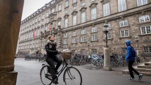 Tanskan parlamenttirakennus pääsisäänkäynnin puolelta, Kööpenhamina, 21.3.2018.