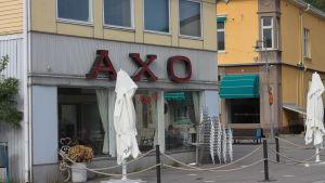 Stolar och parasoll utanför Café Axo i Pargas.