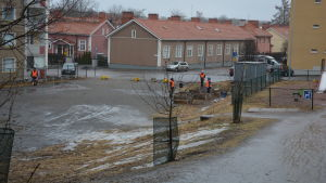Vy över Vilkkiläparken i Martins i Åbo, fyra personer deltar i hundbajstalko i parken.