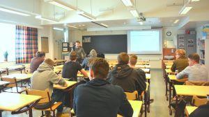 Dan Granqvist undervisar i porr vs. verklighet för gymnasieelevr i Karis-Billnäs gymnasium.