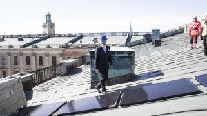 Kung Carl XVI Gustaf inspekterar de nya solpanelerna som har installerats på Stockholms slott.