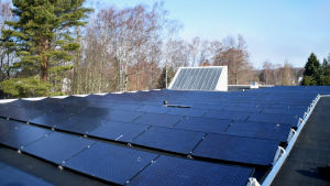 Solpaneler på ett tak.