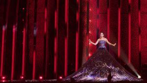 Kvinna i lång klänning