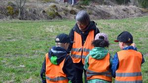 Mona Burman inspekterar en spindel som barnen hittat.