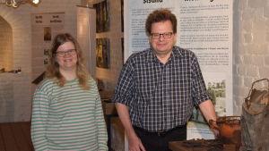 Museichef Laura Lotta Andersson och arkeolog Jan Fast.