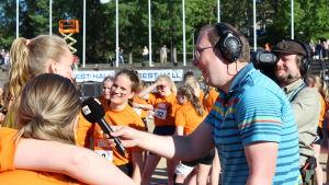 Antti Koivukangas intervjuar vinnare från Winellska skolan, Stafettkarnevalen 2018.