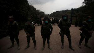 Polisen har stängt av vägarna som leder till vulkanen. Huvudstaden Guatemala City ligger endast 40 kilometer från Eldvulkanehnn
