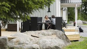 Josefine Stenvall intervjuas på terassen framför sitt hem.