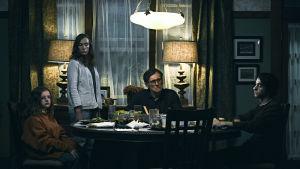 Familjen Graham sitter runt middagsbordet och ser ledsna ut.