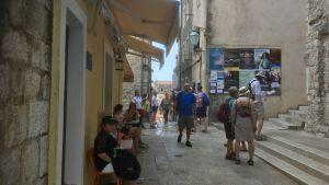 Ganska lugnt ännu på morgonen vid Bužaporten in till Dubrovniks Gamla stad.