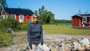 Maria Karp framför sin sommarstuga.