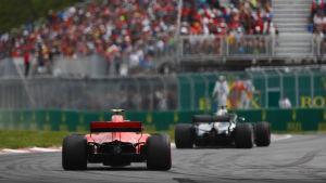 Kimi Räikkönen jagar Lewis Hamilton.