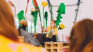 Silvana Imam keskustelemassa Maryan Abdulkarimin kanssa Ruisrockin Kupla-teltassa.