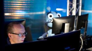 Kuvassa tuottaja Jyri Kivimäki sekä Voitto-robotti.