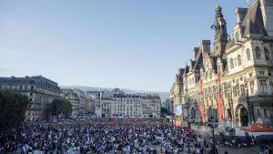 Franska anhängare har samlats på ett torg i Paris.