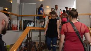 Personer som går i en trappa.